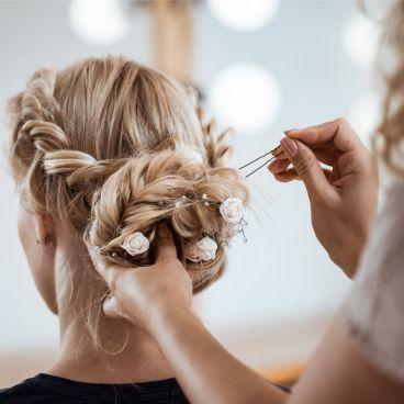 مراحل آماده سازی مو برای شینیون حرفه ای بدون وز